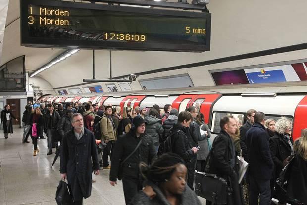 commuters - tube Забастовка метро отменена: профсоюзам и London Underground удалось достичь соглашения