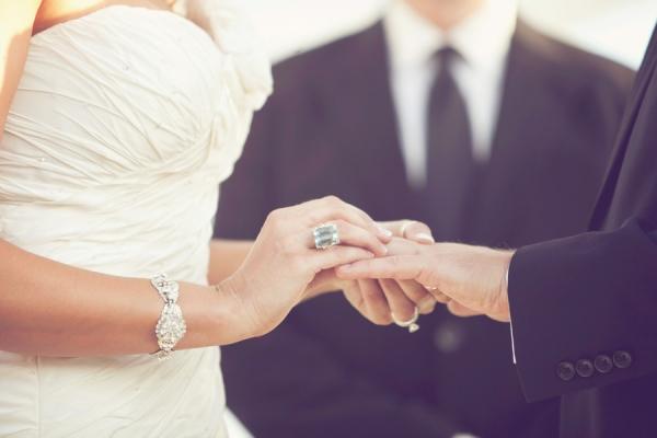 wedding-right-hand-ring-elizabeth-anne-designs-the-wedding-blog-3 УРОКИ ВЫЖИВАНИЯ В UK. МИНУСЫ ЗАКОННОГО БРАКА.