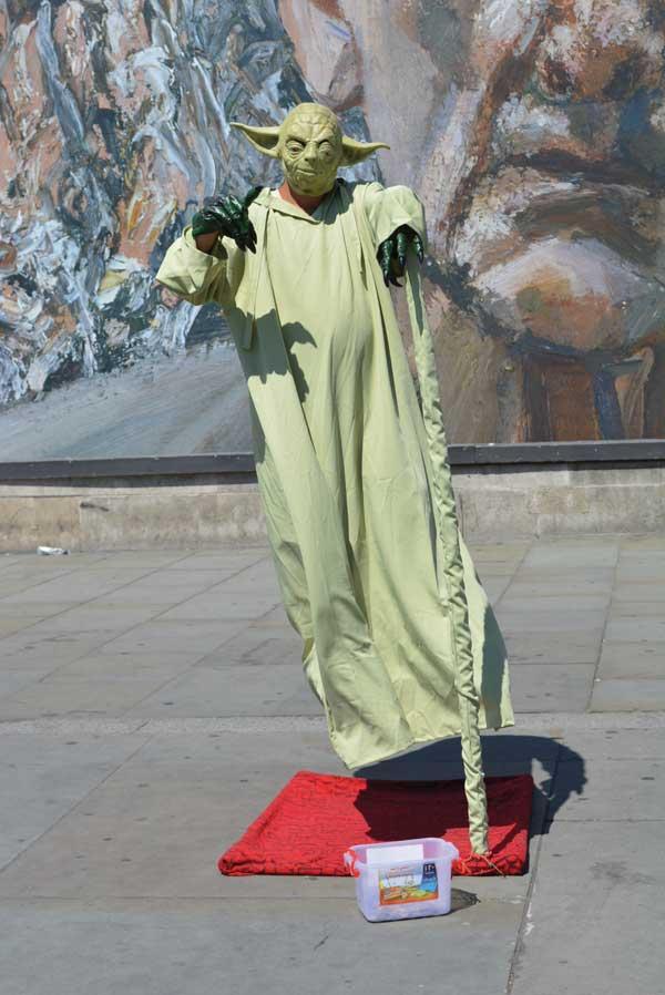 001 Легка ли жизнь живой статуи