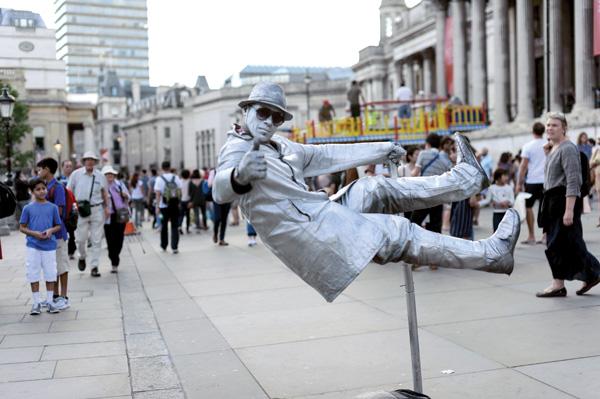Секрет парящей в воздухе статуи Левитирующие статуи (именно так называется эффект зависания в воздухе) вызывают особый интерес. Они как бы отрицают гравитацию: сидят или стоят, будто парят в воздухе. Разгадка, оказывается, не такая уж сложная. Персонаж обязательно имеет в руке что-то в виде посоха или трости, который прочно прикреплен к тяжелой металлической основе-коврику. От посоха через рукав отходит другое жесткое крепление – это своего рода начало арматуры-рамы, к которой крепится либо сиденье, либо ступенька. Понятно, почему одежды левитирующих статуй всегда многослойные, висячие и плотные. Легка ли жизнь живой статуи