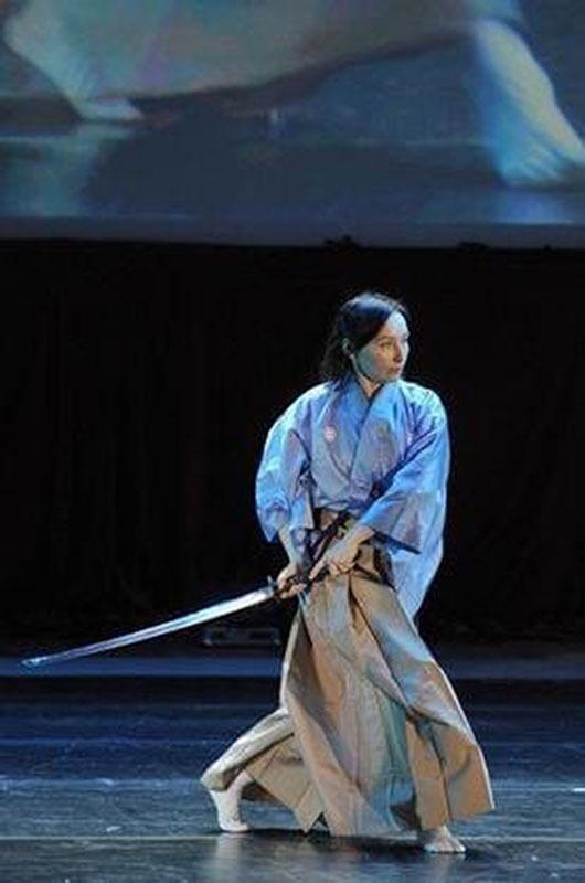 Женщина с мечом